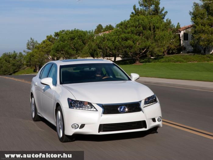 Lexus GS 450h F-Sport - minimálisan kormányozhatóak a hátsó kerekek is