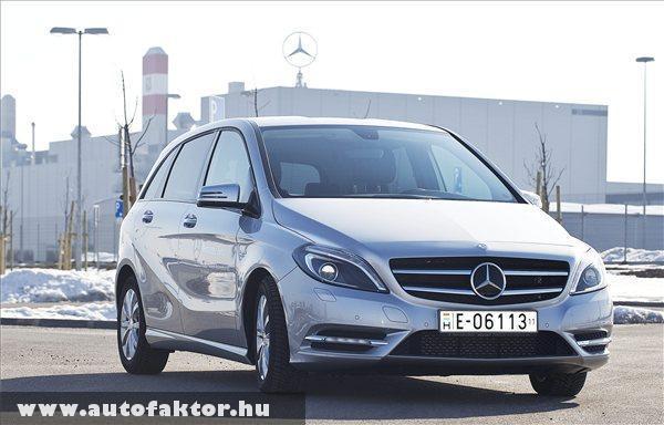 Mercedes B-osztályú gépkocsi áll a Mercedes-Benz kecskeméti gyára elõtt