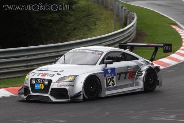 Elegáns Audi TT a sportpályán