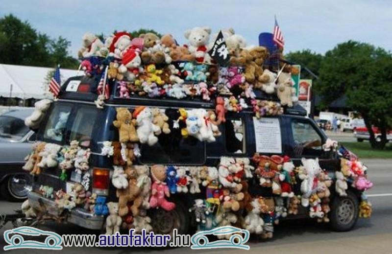 Plüsökkel díszített minibusz